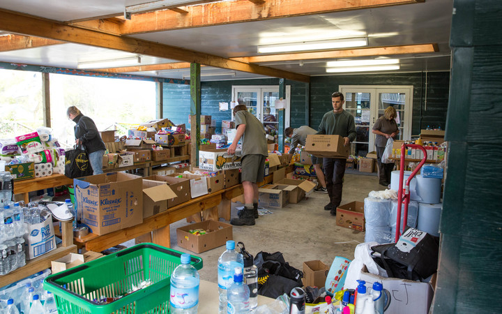 People make up food parcels at Takahanga Marae