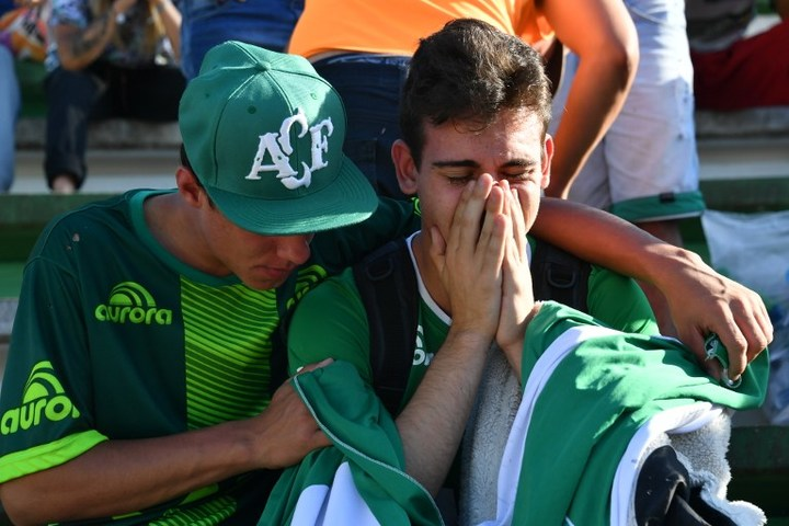 People pay tribute to the players of Brazilian team Chapecoense Real killed in a plane crash in the Colombian mountains on 29 November (NZT).