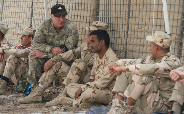 Chief of Defence Force Tim Keating speaks with Iraqi troops.