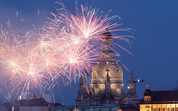 15 May 2020, Saxony, Dresden: Fireworks light up the evening sky in front of the Frauenkirche. The occasion is the nationwide opening of catering establishments during the Corona crisis. Photo: