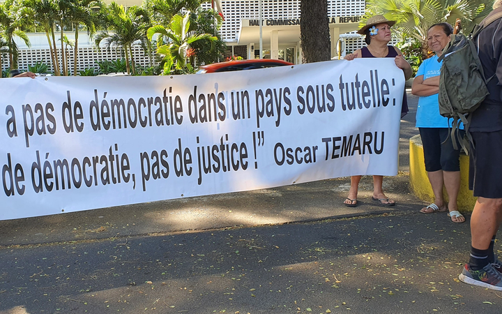 Supporters of Oscar Temaru outside Papeete courts