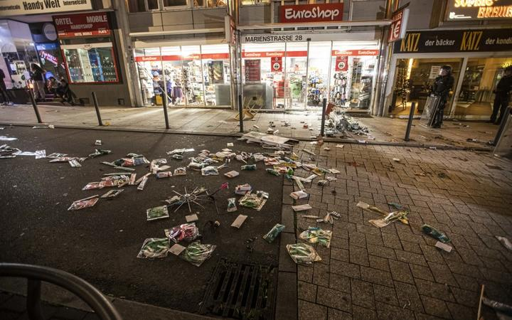 Objects lie in front of a looted shop in Marienstraße. During clashes with the police, dozens of violent small groups have ravaged the city centre and injured several officers.