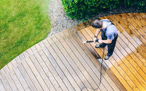 High pressure water cleaning at house deck, waterblast, waterblasting.