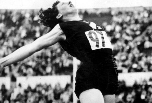 伊维特·威廉姆斯以6.24米的跳跃跃升为奥运会金牌。 1952年赫尔辛基奥运会。