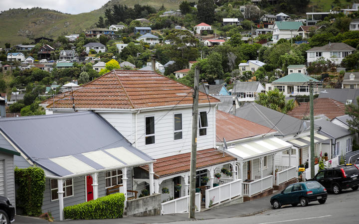 Housing market expected to cool as national median price hits $805k | RNZ  News