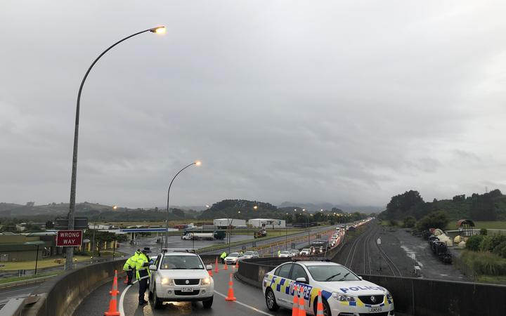 A Covid-19 police checkpoint at the Auckland border at Mercer.