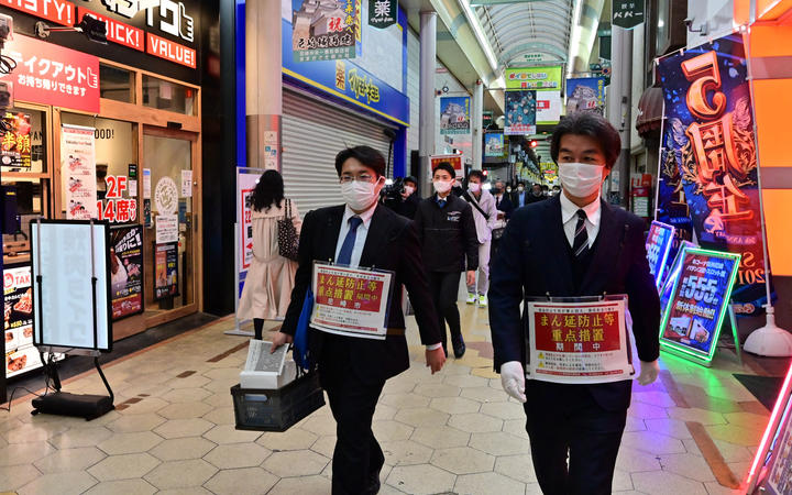 Osaka City health officials probe prevention measures at restaurants in Osaka City on April 5.