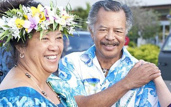 Akiti Bona (izquierda) con su esposo Henry Bona y la exsecretaria de Estado de los Estados Unidos, Hillary Clinton, en las Islas Cook, 2012.