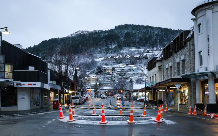 South Island residents are waking up to a white blanket of snow as a cold blast works its way up the country.