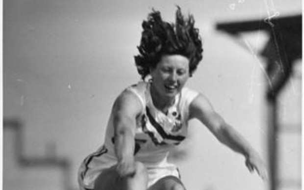 Yvette Williams在达尼丁的Carisbrook公园长跳