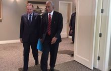 John Key walks with 'Akilisi Pohiva at Government House in Auckland