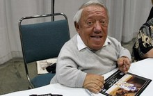"Kenny Baker signs autographs during the opening day of ""Star Wars Celebration IV"" in Los Angeles in 2007."