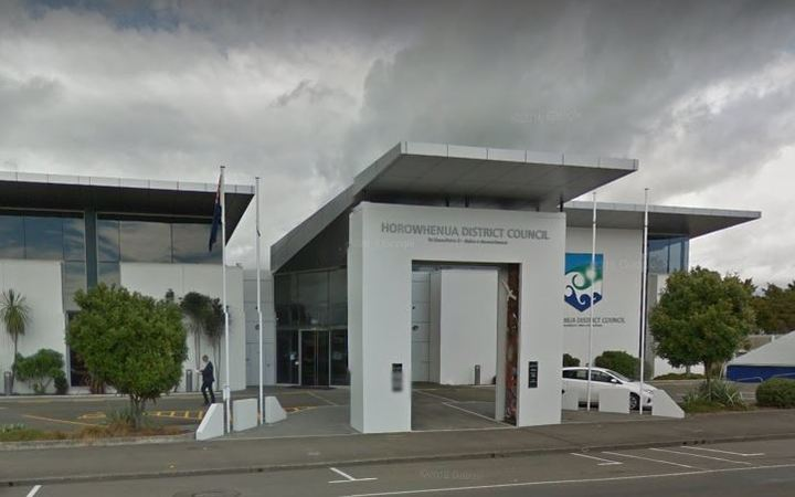 Horowhenua's new mayor, Michael Feyen, is refusing to enter the council building because of his concerns about its structural integrity.