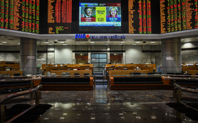 US presidential election at a private stock exchange in Kuala Lumpur on November 9, 2016. Share markets collapsed Wednesday and the dollar tumbled against the yen and the euro as Donald Trump looked on course to win the race for the White House