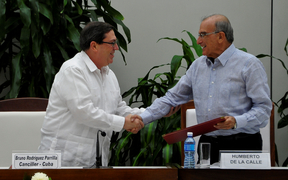 Cuban Foreign Affairs Minister Bruno Rodriguez Parrilla (left) and the head of the Colombian government's delegation for peace talks with the Farc, Humberto de la Calle.