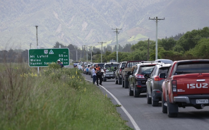Vehicles are leaving Kaikōura via the inland route after being given the green light by Civil Defence.