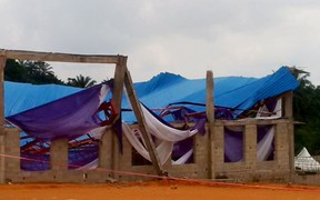The roof of a church has collapsed in the Nigerian city of Uyo, killing at least 100 worshippers.