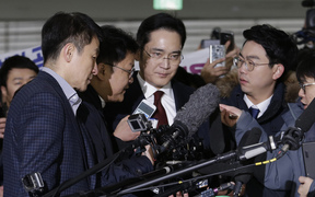Samsung Electronics vice chairman Lee Jae-yong, centre, arrives to be questioned as a suspect in the  corruption scandal that led to the impeachment of President Park Geun-Hye, at the office of the independent counsel in Seoul, on 12 January, 2017.