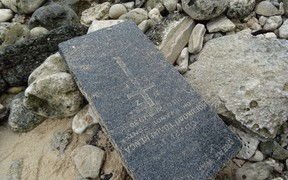 A headstone of a Cook Islands soldier who served in the First World War is found washed up on the beach.