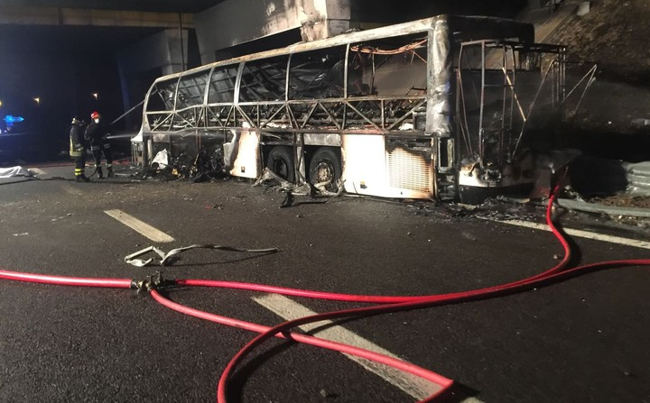 The bus that was carrying Hungarian students home to Budapest from a school trip from France caught fire after an accident on 'Verona Est' highway.