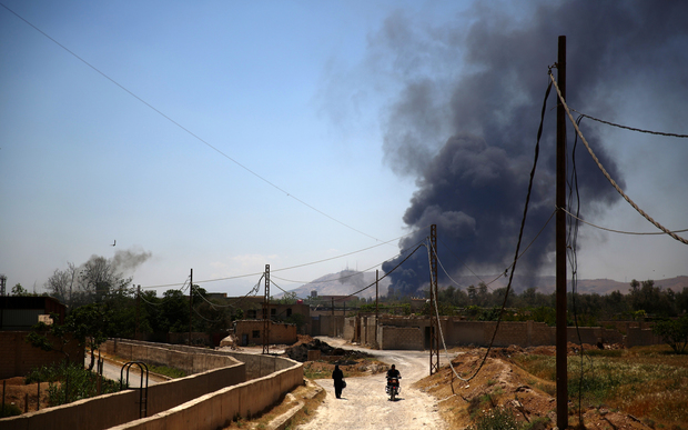 Smoke rises after rebel fighters reportedly fired mortar shells against Syrian regime forces on the outskirts of Damascus (16 May 2015).
