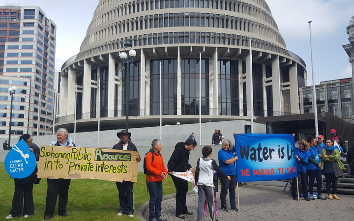 The Bung the Bore campaign has presented a 15,000-signature petition to opposition MPs, calling for a moratorium on water exports.