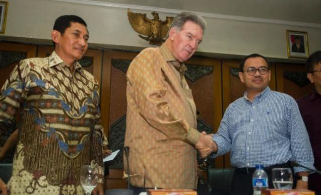 Freeport-McMoRan Chairman James R. Moffett, shakes hands with Indonesia's Minister of Energy and Mineral Resources Sudirman Said. To the left is President Director of Freeport Indonesia, Maroef Sjamsoeddin.