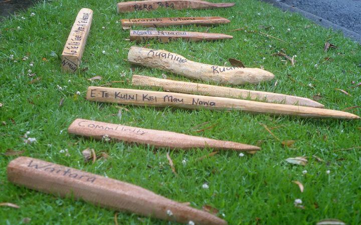 大致成型的调查钉与地名躺在草地上