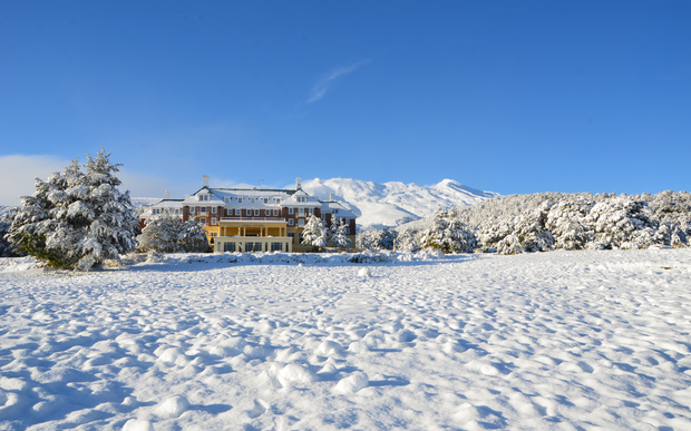10cm of fresh snow overnight cover the Chateau Tongariro.