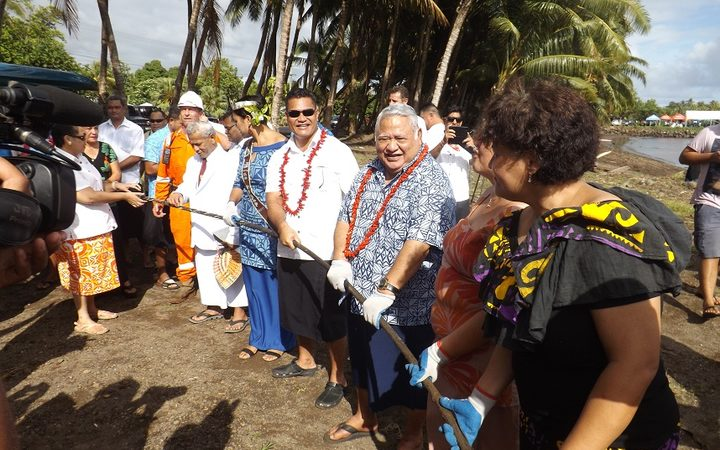Samoa PM and helping hands haul submarine cable ashore