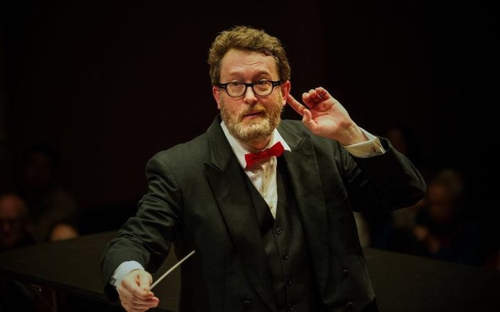Peter Thomas conducting