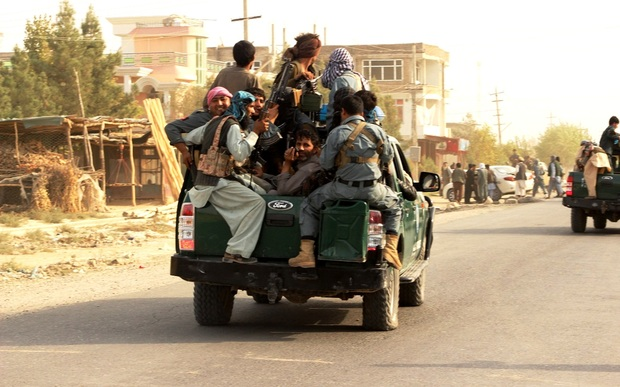 Aghan soldiers retreat from the city following the Taliban attacks in Kunduz.