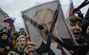 Opposition supporters attend an unauthorized anti-Putin rally called by opposition leader Alexei Navalny on May 5, 2018 in Saint Petersburg, two days ahead of Vladimir Putin's inauguration for a fourth Kremlin term.
