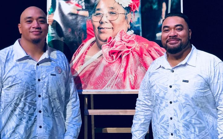 Adeaze: Nainz and Viiz Tupai  in front of a picture of their late mother.