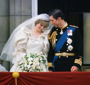 GREAT BRITAIN - JULY 29:  Prince Charles, Prince of Wales whispering to Diana, Princess of Wales on their wedding day as they appear on the balcony of Buckingham Palace  (Photo by Tim Graham/Getty Images)
