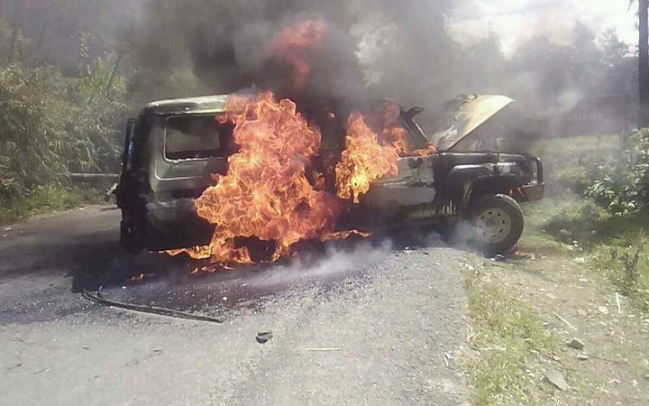 Police vehicle burnt in PNG's Enga province in deadly violence between Amala and Teremanda villagers, May 2018.