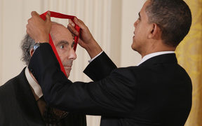 US President Barack Obama presents the 2010 National Humanities Medal to novelist Philip Roth.