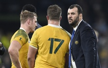 Australia's head coach Michael Cheika (R) reacts after losing the final match of the 2015 Rugby World Cup between New Zealand and Australia at Twickenham stadium, south west London, on October 31, 2015.