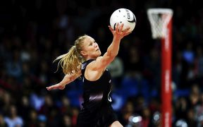 Laura Langman playing for the Silver Ferns in 2015