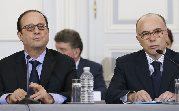 French President Francois Hollande (L) holds a crisis talk with Interior Minister Bernard Cazeneuve (R) on 9 January.
