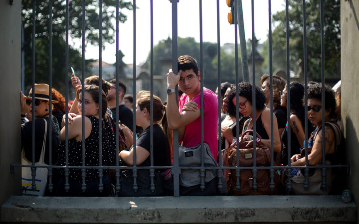 Students and researchers protest against the Brazilian Federal Government at the gates of the Quinta da Boa Vista park.