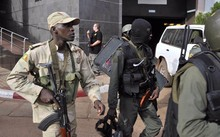 Malian troops take position outside the Radisson Blu hotel in Bamako