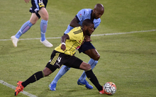 Roly Bonevacia (left) of the Phoenix fights for possession with Mickael Tavares of Sydney FC.