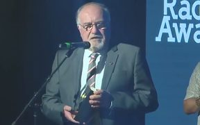 Glenn Smith receiving the Sir Paul Holmes award for Radio Broadcaster of the Year on behalf of 1XX.