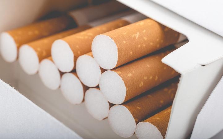 一盒香烟的侧视图与退色的过滤器的