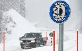 05 January 2019, Bavaria, Bolsterlang: If there is heavy snowfall in the Allgäu, a sign indicates that snow chains must be used to reach the Riedberg Pass. Photo: Oliver Willikonsky/dpa