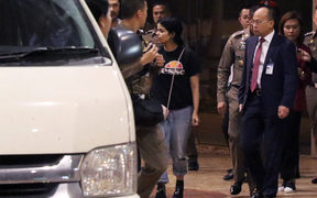Eighteen-year-old Saudi woman Rahaf Mohammed al-Qanun (C) is escorted to a vehicle by a Thai immigration officer and United Nations High Commissioner for Refugees (UNHCR) officials at Suvarnabhumi international airport in Bangkok on January 7, 2019.