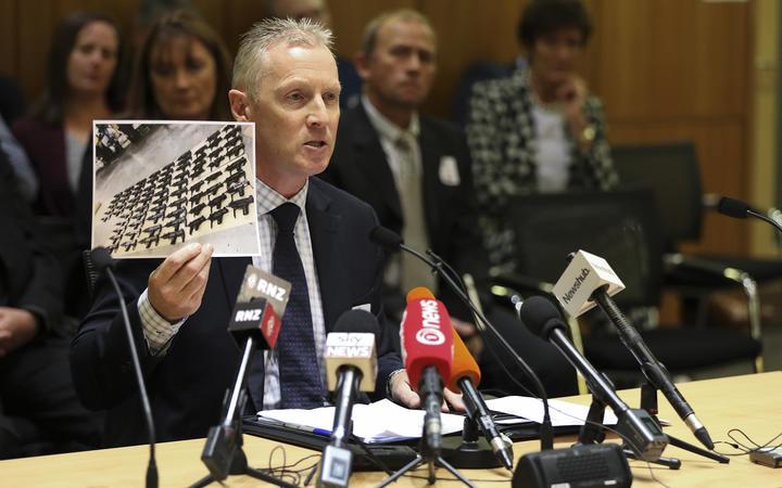 来自新西兰警察协会的Chris Cahill在财政和支出专责委员会向国会议员展示了74 uzis的照片。