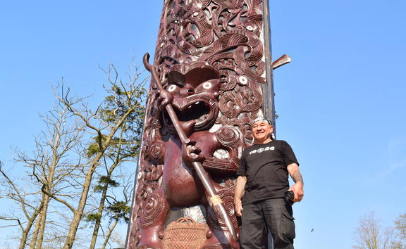 Master carver James Rickard with the pou maumahara.