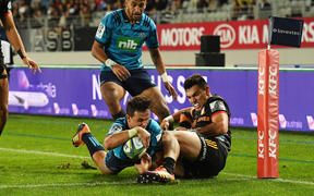 Harry Plummer scores a try for the Blues.